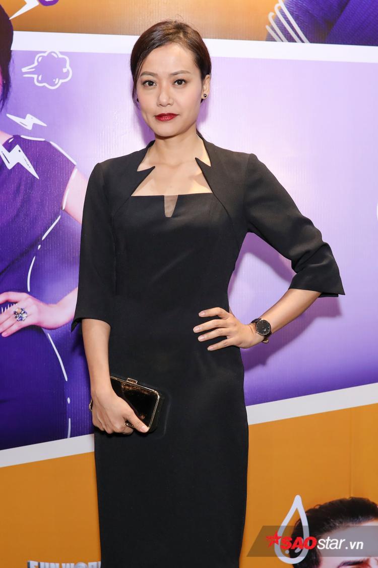 Nữ đạo diễn - diễn viên Hồng Ánh xuất hiện thanh lịch trong buổi họp báo.