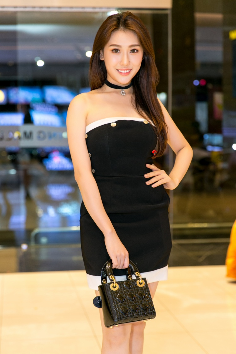 Hoa hậu Hoàng Kim xinh đẹp trong bộ đầm đen nữ tính.