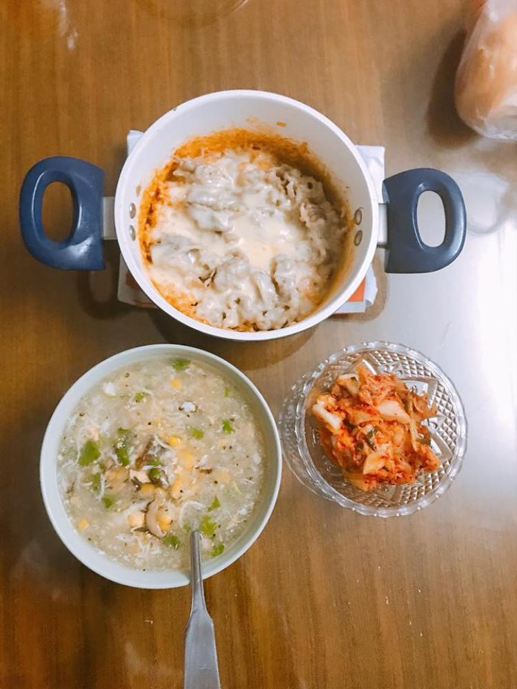 Toàn ăn trong nồi để bớt phải rửa nhiều bát. Ảnh: Nguyễn Hương.