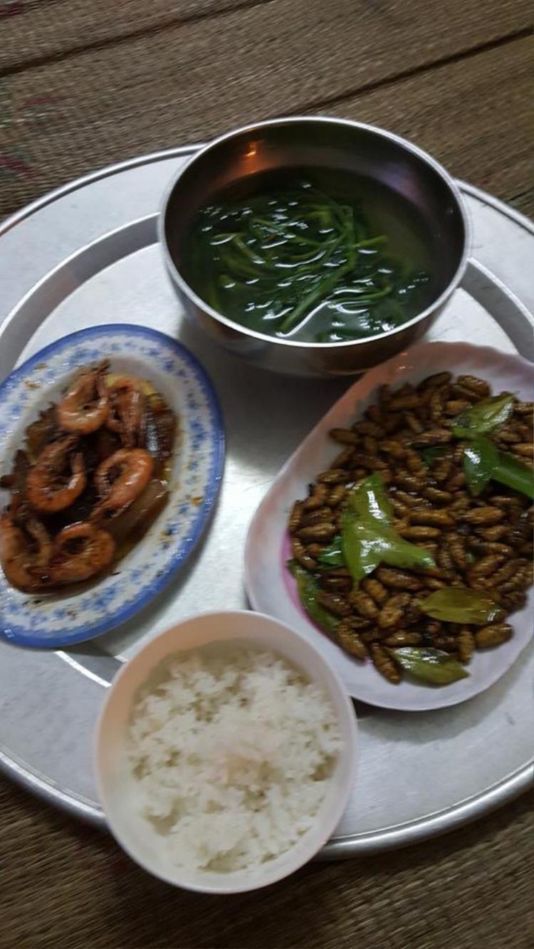 """""""Ở một mình, tự nấu ăn tự rửa"""". Ảnh: Lục Thanh Sơn."""