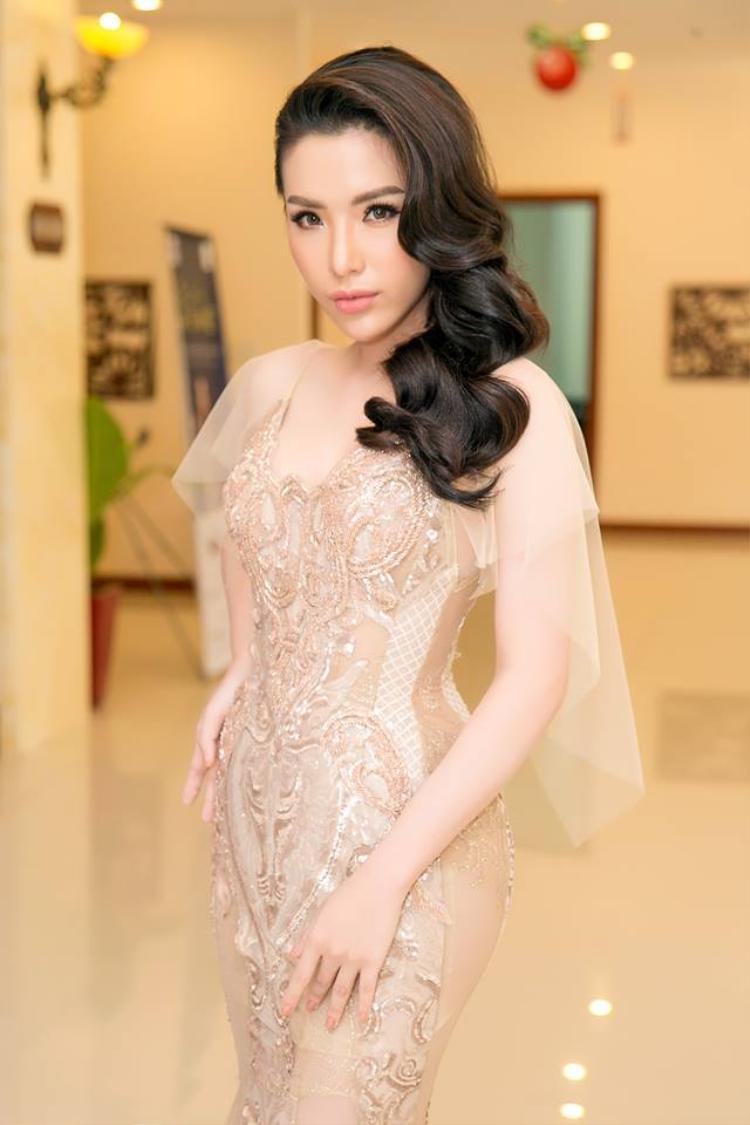 Người đẹp gốc Nha Trang chọn một chiếc váy dạ hội xuyên thấu, những chi tiết đính kết lấp lánh mang đến sự vương giả và rực rỡ cho cô.