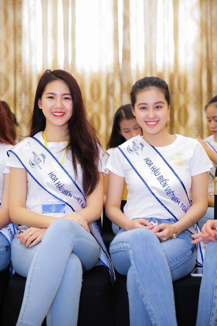Bùi Quỳnh Hoa (bên trái) từng đoạt danh hiệu Miss Áo dài Việt Nam World 2017 và là thí sinh của Hoa hậu Hoàn vũ Việt Nam.