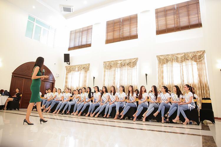 Các thí sinh chăm chú lắng nghe sự hướng dẫn của giáo viên catwalk.