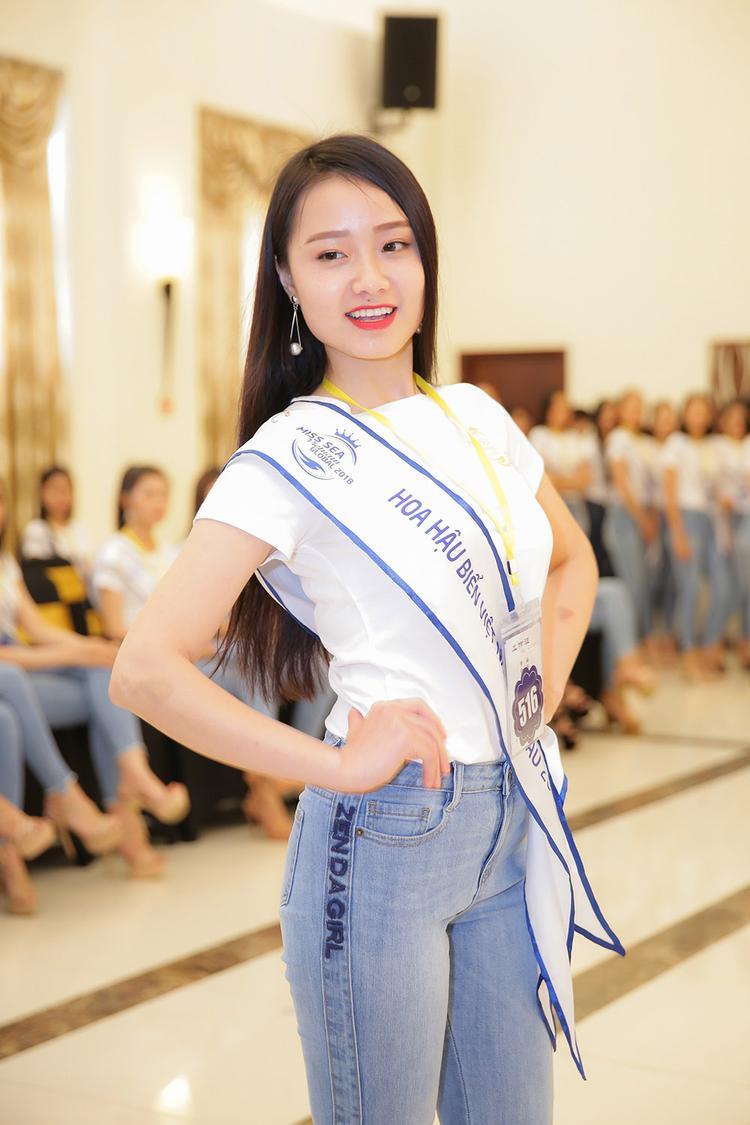 Bật cười trước những màn catwalk như đi chợ của thí sinh Hoa hậu biển Việt Nam toàn cầu