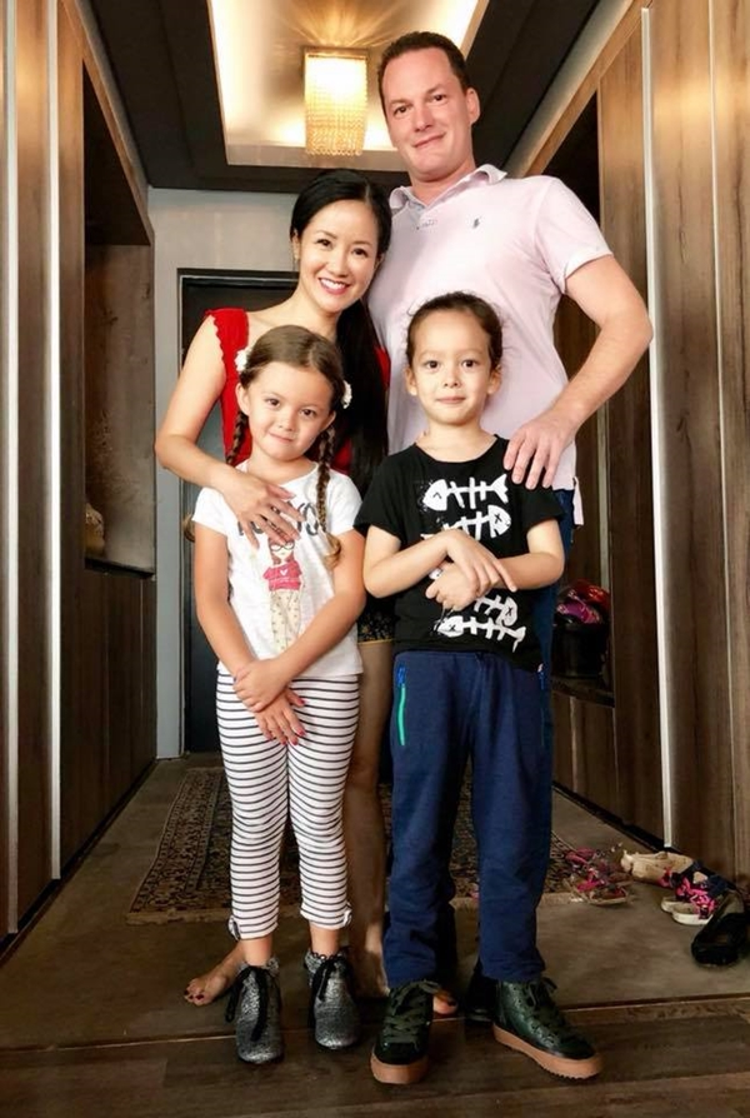 Cặp sinh đôi Tôm - Tép nhà diva Hồng Nhung luôn nhận được sự chú ý mỗi khi xuất hiện bởi sự thông minh, lém lỉnh. Cả hai thừa hưởng trọn vẹn nét đẹp của mẹ và ông bố doanh nhân người Mỹ.