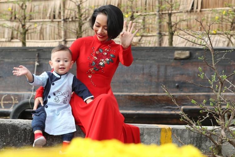 """Bé Alex nhà Thảo Trang sở hữu vẻ ngoài bụ bẫm, kháu khỉnh. Nữ ca sĩ thường xuyên đăng tải những hình ảnh ngộ nghĩnh của con trai trên mạng xã hội """"đốn tim"""" người hâm mộ."""