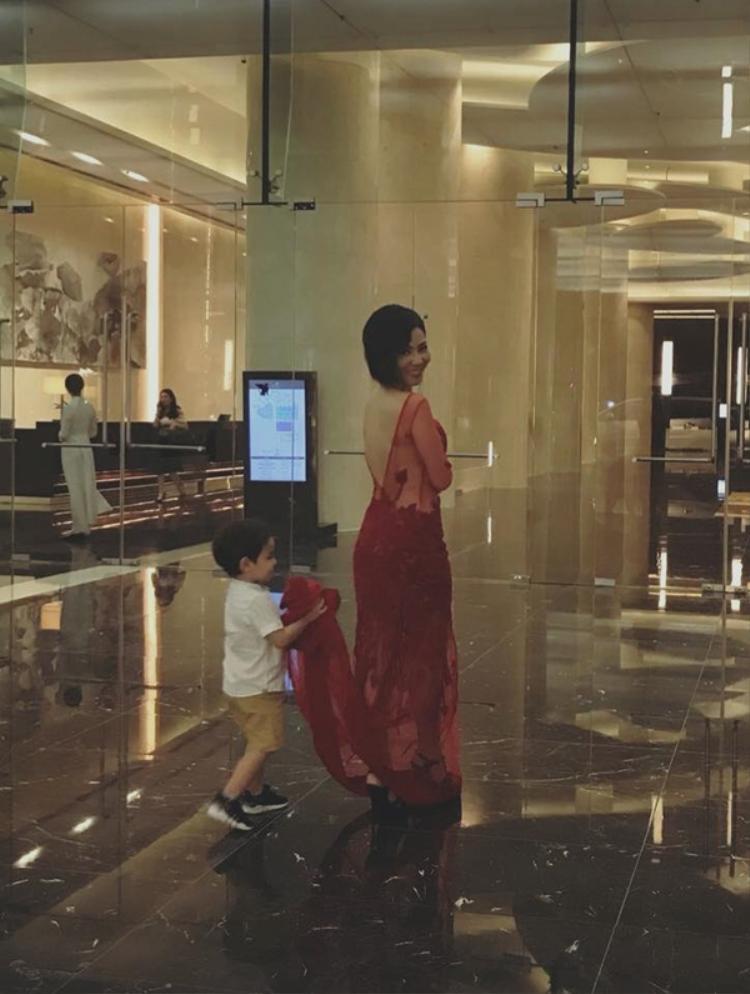 """Bé Gấu của Thu Minh vừa lộ diện trước truyền thông cách đây ít ngày khi """"hộ tống"""" mẹ đi diễn. Giọng hát Đường cong rất hạn chế trong việc chia sẻ hình ảnh con trai nên khoảnh khắc đáng yêu này ngay lập tức trở thành tâm điểm."""