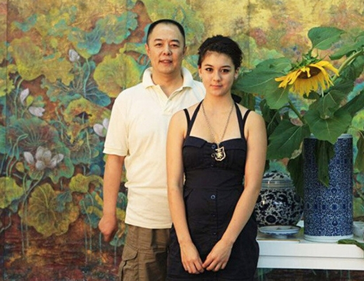 """Nguyệt Lượng - con gái của """"Hoàng A mã"""" Trương Thiết Lâm cũng từng khiến giới truyền thông chú ý khi tham gia cuộc thi Amazing Race cùng bố. Do phải sống xa nhau nên nam diễn viên luôn tìm mọi cách để có thể bù đắp tình cảm cho cô."""