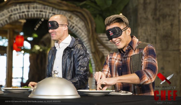 Hai người chơi tiếp tục bị bịt mắt khi thử món cá trôi đen.