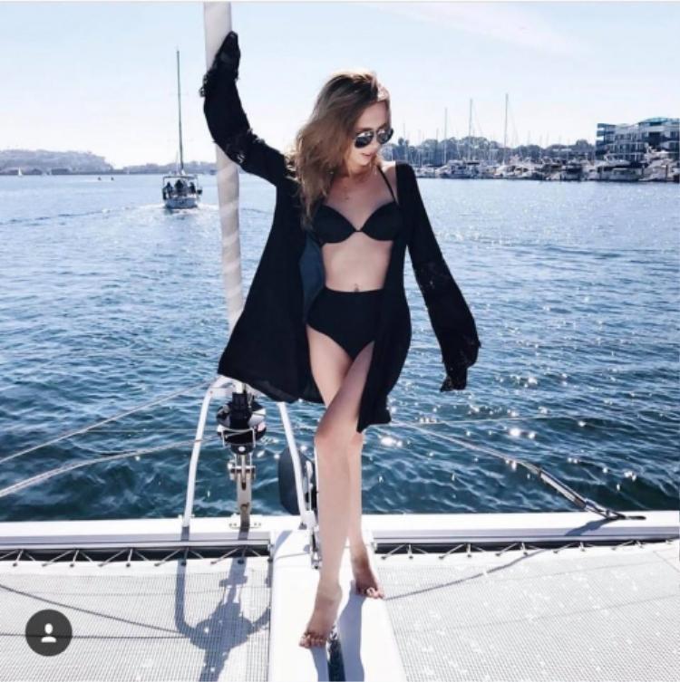 Cuộc sống của Uyên là những chuỗi ngày đi du lịch nay đây mai đó, ở những khách sạn hạng sang. Vì thế, cô nàng cũng rất chăm khoe hình thể trong những bộ bikini bốc lửa.