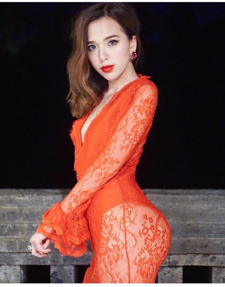 Uyên không ngần ngại khi mặc một bộ váy ren đỏ rực khoe trọn vòng 3 bốc lửa thế này.