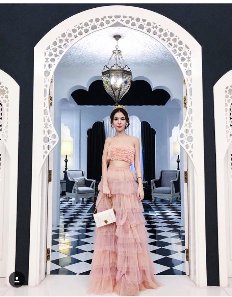 Khác với những nàng công chúa khác trong hội con nhà giàu, Uyên thường chọn những bộ váy vừa điệu đà lại vừa sexy của những thương hiệu nổi tiếng. Phụ kiện đi kèm thì luôn đẹp khỏi bàn rồi.