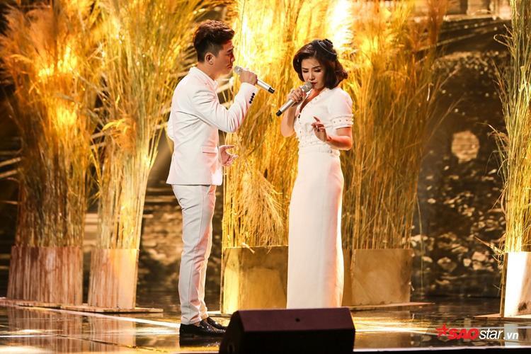 Bá Huy - Thanh Lan kết hợp tình tứ trên sân khấu.