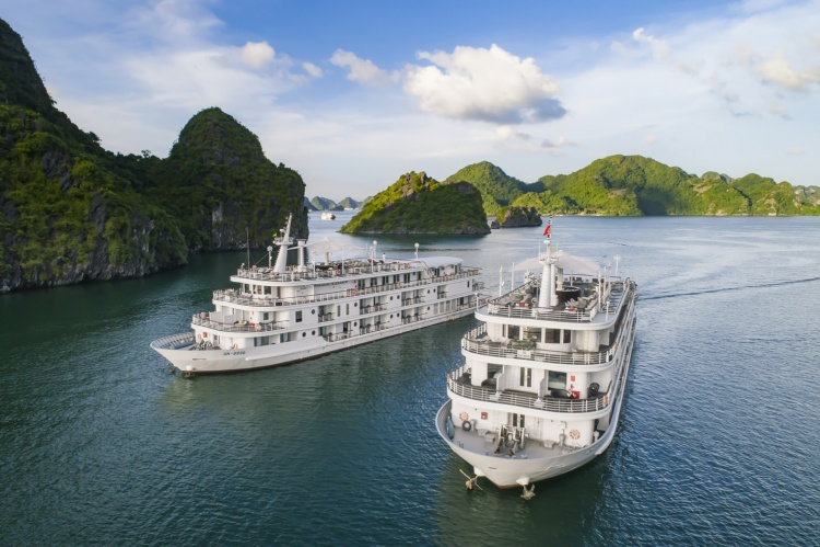 Toàn cảnh chiếc du thuyền và quan cảnh Vịnh Hạ Long - nơi sắp diễn ra show diễn của NTK Lê Thanh Hòa.