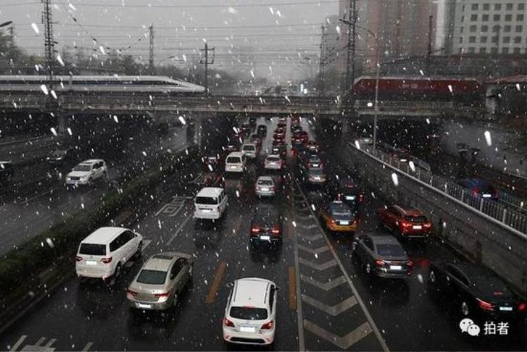 Ngày 4/4 vừa qua, thủ đô Bắc Kinh của Trung Quốc lần đầu tiên chứng kiến cảnh tuyết rơi vào tháng 4 sau 30 năm. Lần gần nhất đây nhất tuyết rơi vào tháng này tại Bắc Kinh là năm 1988.
