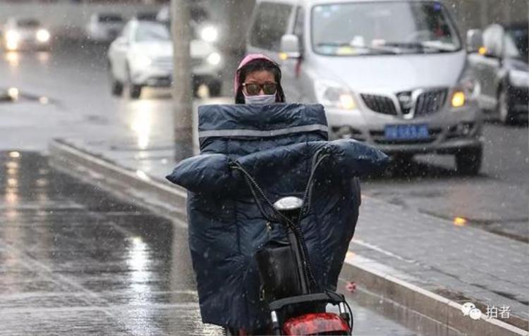 Chị em phải quấn chăn, bịt kín khi ra đường để chống lạnh, chống tuyết.