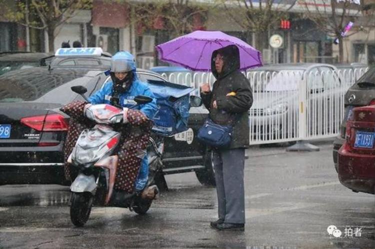Tuyết rơi bất thường khiến giao thông cũng bị ảnh hưởng, nhiều tuyến đường bị tắc nghẽn. Nhiều chuyến bay cũng bị trì hoãn.