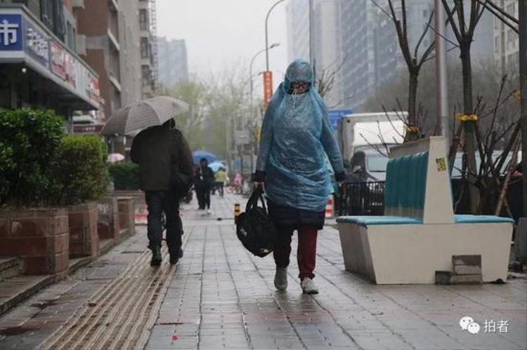 Người dân phải mặc mấy lớp áo, mặc thêm áo mưa để chống rét.