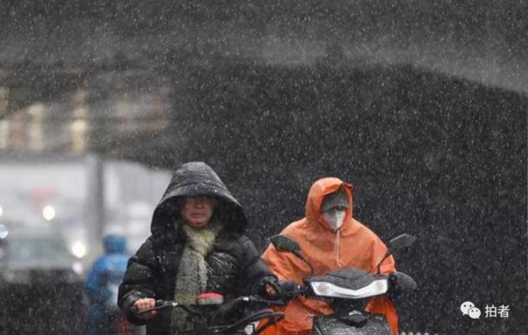 Mọi người khi tham gia giao thông đều phải bịt kín, mang găng tay, trùm mũ kín đầu.