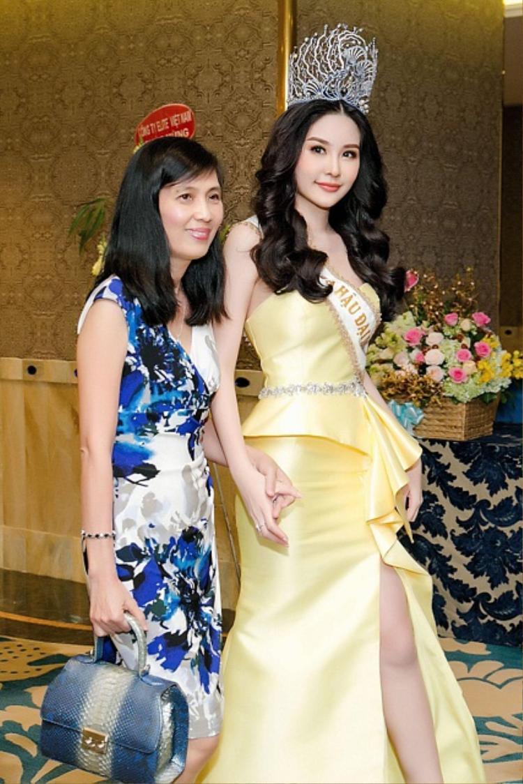 Trong các sự kiện, Hoa hậu Đại dương luôn có mẹ bên cạnh.