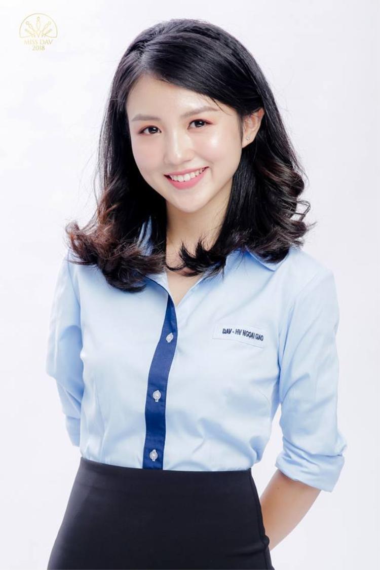Linh Chi chụp ảnh đồng phục trong khuôn khổ cuộc thi Miss DAV.