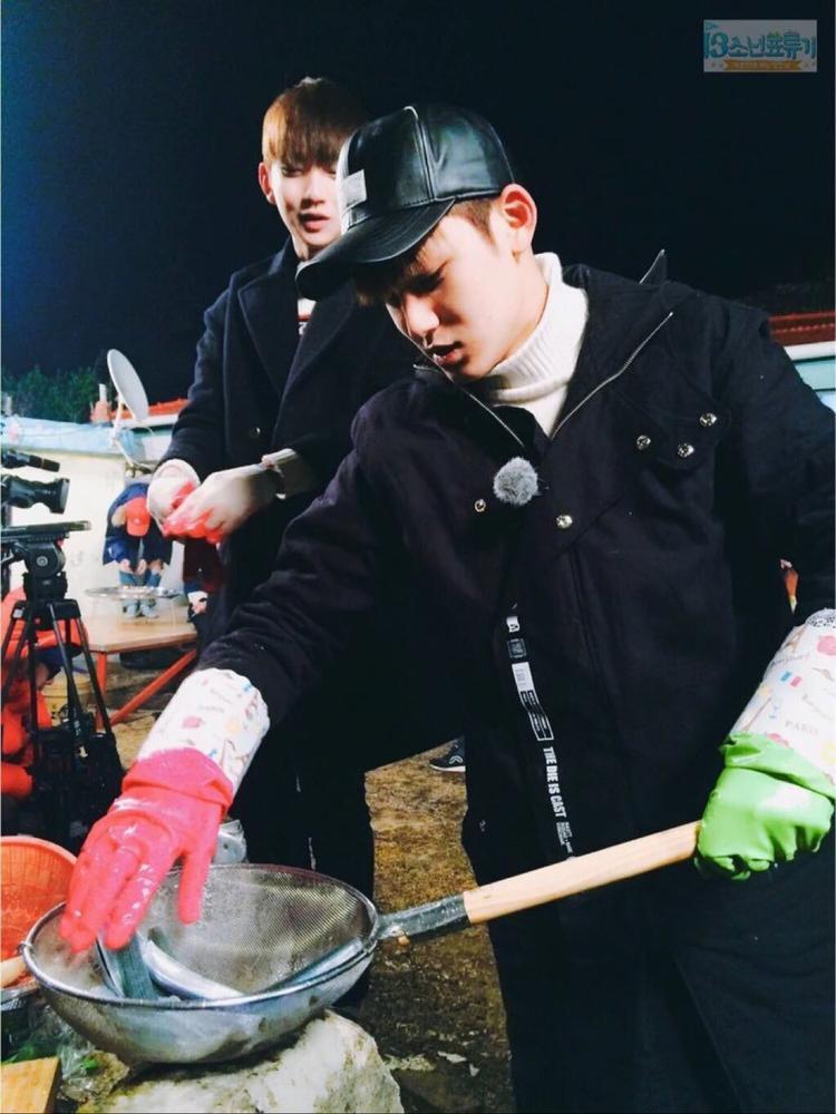 """Nếu ai đã xem qua One Fine Day của SEVENTEEN thì sẽ rõ tài bếp núc tuyệt vời của chàng trai này. Vì là bếp trưởng của cả nhóm trong suốt chương trình nên biệt danh """"Min bỉm sữa"""" được ra đời."""