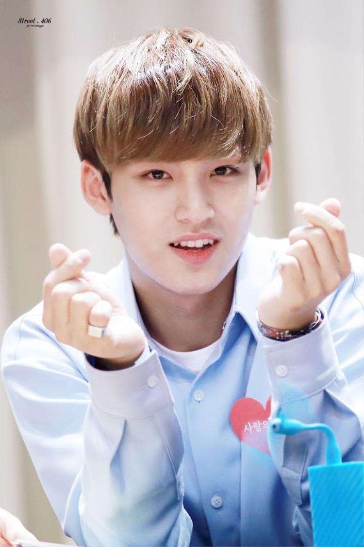 """""""Bé"""" Mingyu rất thích ôm và được ôm bởi anh chàng xem đây là cách bày tỏ tình cảm với mọi người."""