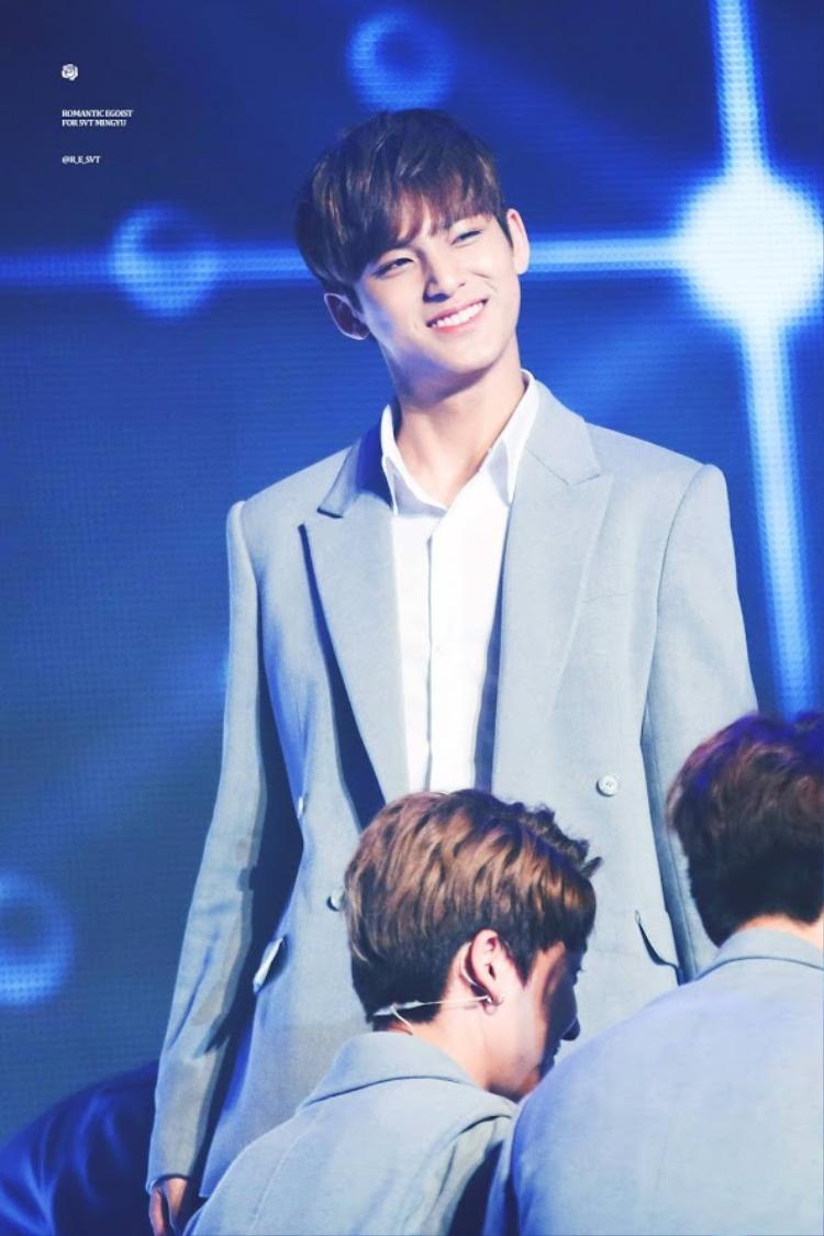 Với chiều cao 1m85, MinGyu đích thị là thành viên to con nhất SEVENTEEN. Cùng với một bờ vai rộng, anh chàng sẽ là chỗ dựa vững chắc cho tất cả mọi người.