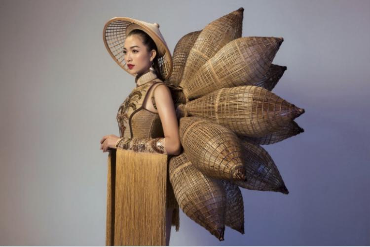 """Bộ trang phục của Lệ Hằng do thí sinh Thái Trung Tín thiết kế. Với ý tưởng """"cái đẹp bắt nguồn từ sự giản dị"""", bộ trang phục được làm từ những chất liệu dân gian, quen thuộc."""