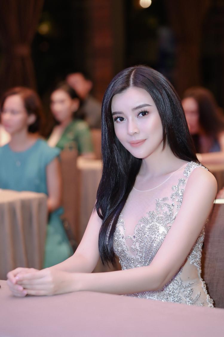 Luôn biết cách làm mới hình ảnh trong mắt công chúng, Cao Thái Hà thường xuyên tung ra những hình ảnh ấn tượng. Nữ diễn viên lựa chọn hình tượng người đẹp gợi cảm, quyến rũ nhưng vẫn thanh lịch, quý phái.