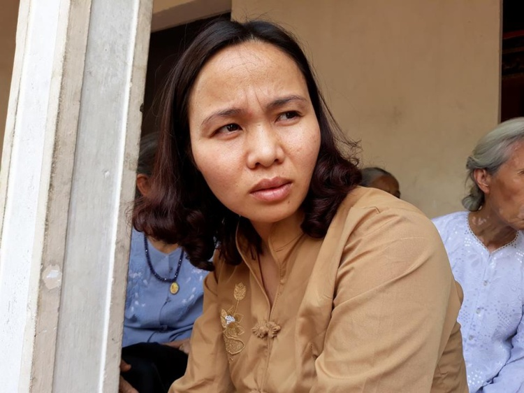 Chị Thoa đau đớn khi mất con.