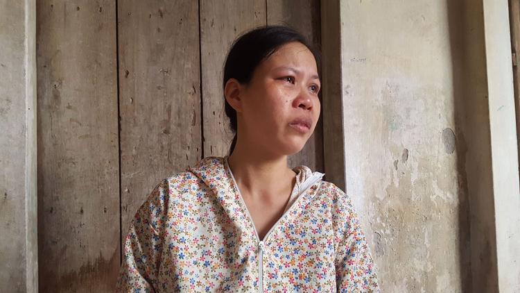 Chị Hiền bật khóc trước nỗi đau mất con.