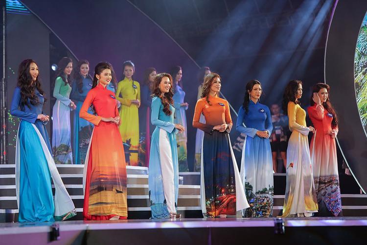 Các người đẹp duyên dáng trong trang phục áo dài.