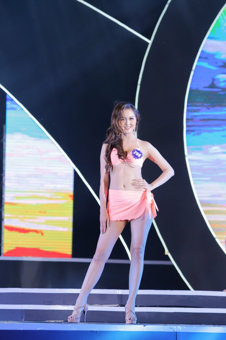 Các thí sinh trình diễn trang phục bikini.