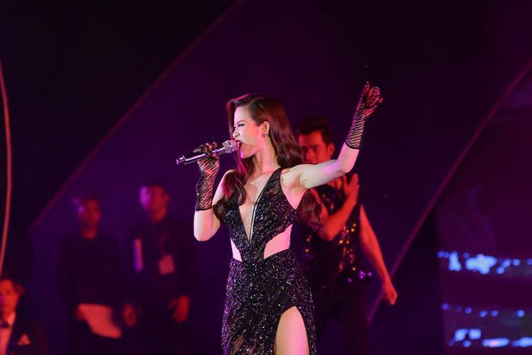 Đông Nhi hóa nàng tiên cá, Uni5 lịch lãm tại bán kết Hoa hậu biển Việt Nam toàn cầu