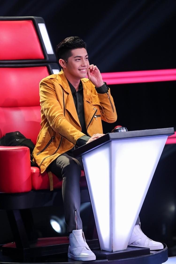 """Noo Phước Thịnh đã có lần đầu ngồi """"ghế nóng"""" đình đám năm ngoái cùng The Voice mùa 4."""