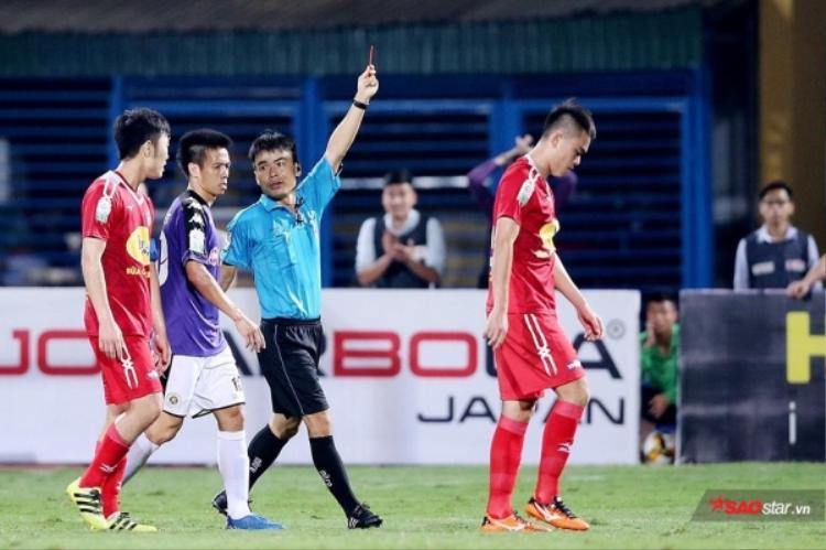 Tăng Tiến bị bầu Đức cấm hết lượt đi V.League 2018 vì đá xấu. Ảnh: Hải Vũ