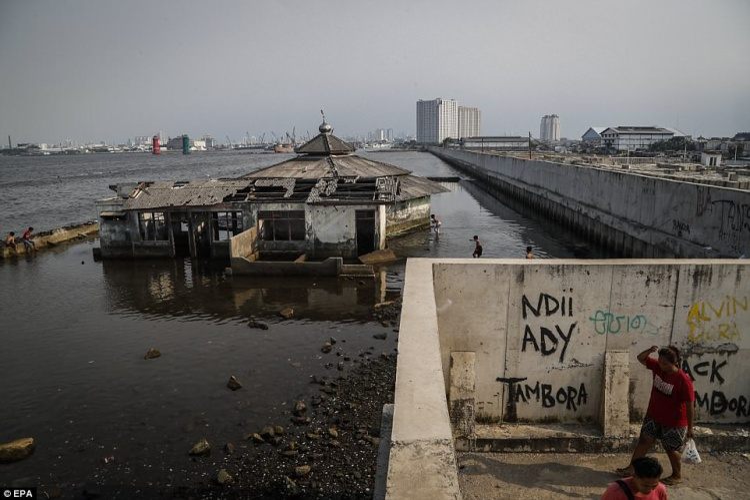 Quốc gia đang chìm xuống biển với tốc độ nhanh nhất thế giới chính là Indonesia. Mỗi năm, thủ đô Jakarta của quốc gia Đông Nam Á này lại chìm thêm 25cm và các nhà khoa học cảnh báo, chỉ trong 10 năm tới, toàn bộ thủ đô sẽ chìm trong nước biển, Daily Mail đưa tin.