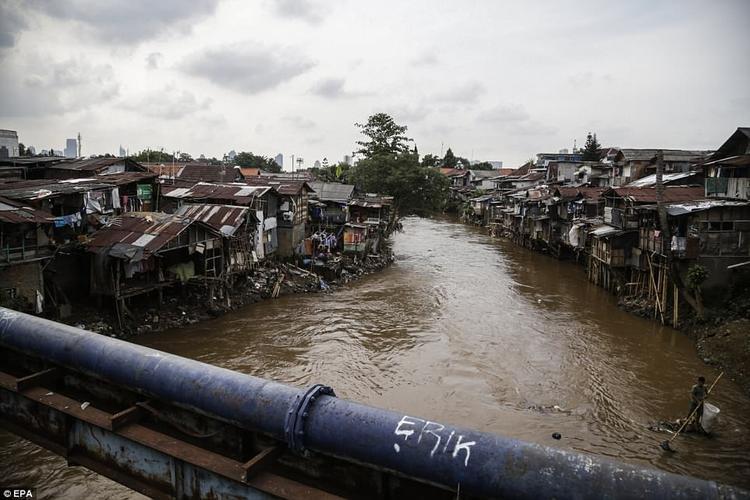 Mặc dù chính quyền Jakarta đang xây dựng hệ thống vành đai quanh thành phố nhằm tránh nước dâng lên, nhưng giải pháp này không mấy hiệu quả. Nguyên nhân là do nền đất ở thủ đô này vẫn sụt xuống và nước vẫn dâng lên mỗi năm.