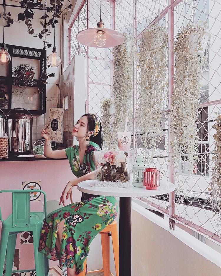 Chẳng cần phô bày da thịt quá mức, Angela Phương Trinh chỉ cần diện váy hoa nhẹ nhàng là đã đủ xinh hết phần thiên hạ. Người đẹp còn điệu đàng thêm thắt chiếc khăn cột ngang đầu, khiến set đồ thêm phần nổi bật.