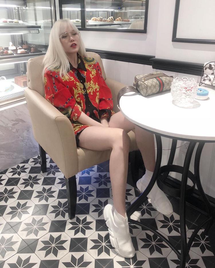 Thiều Bảo Trâm khoe khéo làn da trắng muốt khi diện áo sơ mi theo style giấu quần. Bạn gái cũ của Sơn Tùng cũng sử dụng đôi giày Balenciaga và túi Gucci nhằm tăng điểm cá tính.