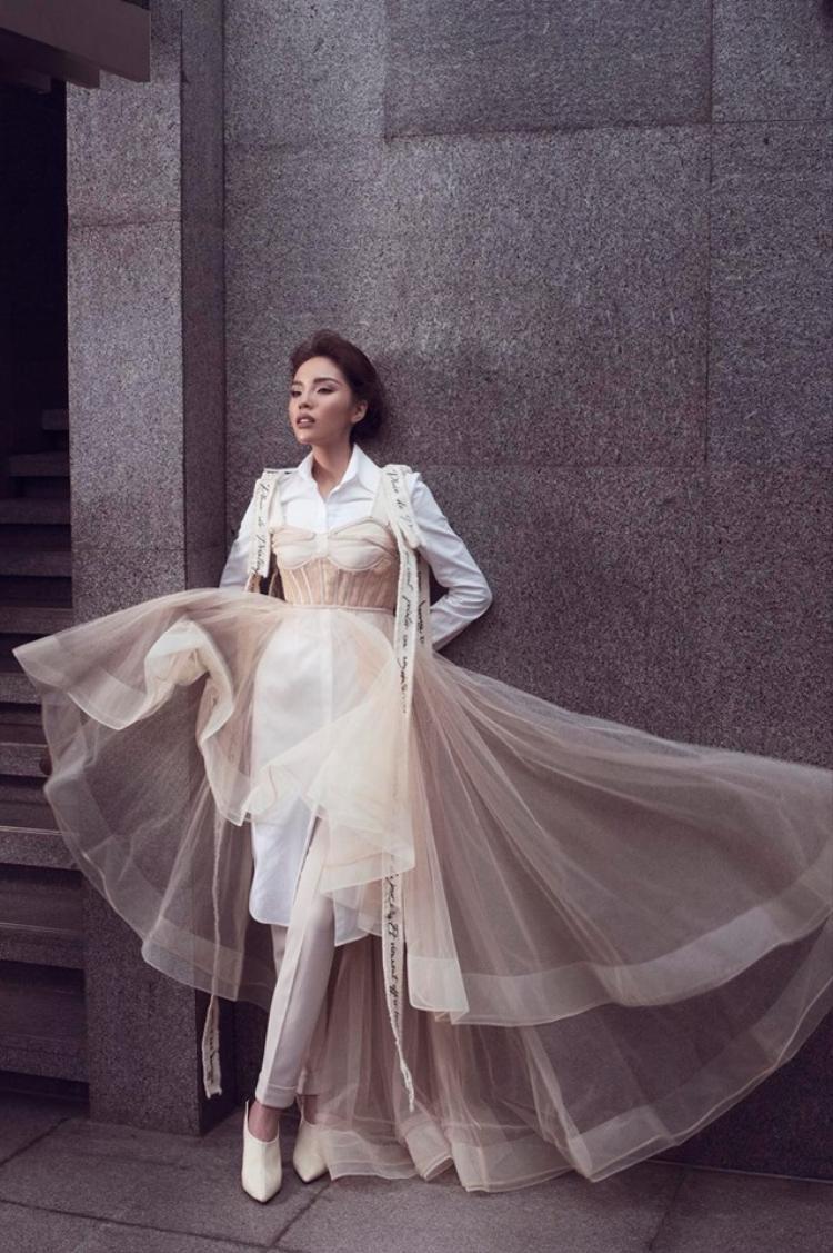 Cùng phom dáng corset, nhưng với cách thiết kế cùng việc sử dụng chất liệu voan mỏng nhẹ, bộ trang phục hoàn toàn thay đổi suy nghĩ về một item gây bó buộc ngày xưa mà chuyển mình thành món đồ thời thượng.
