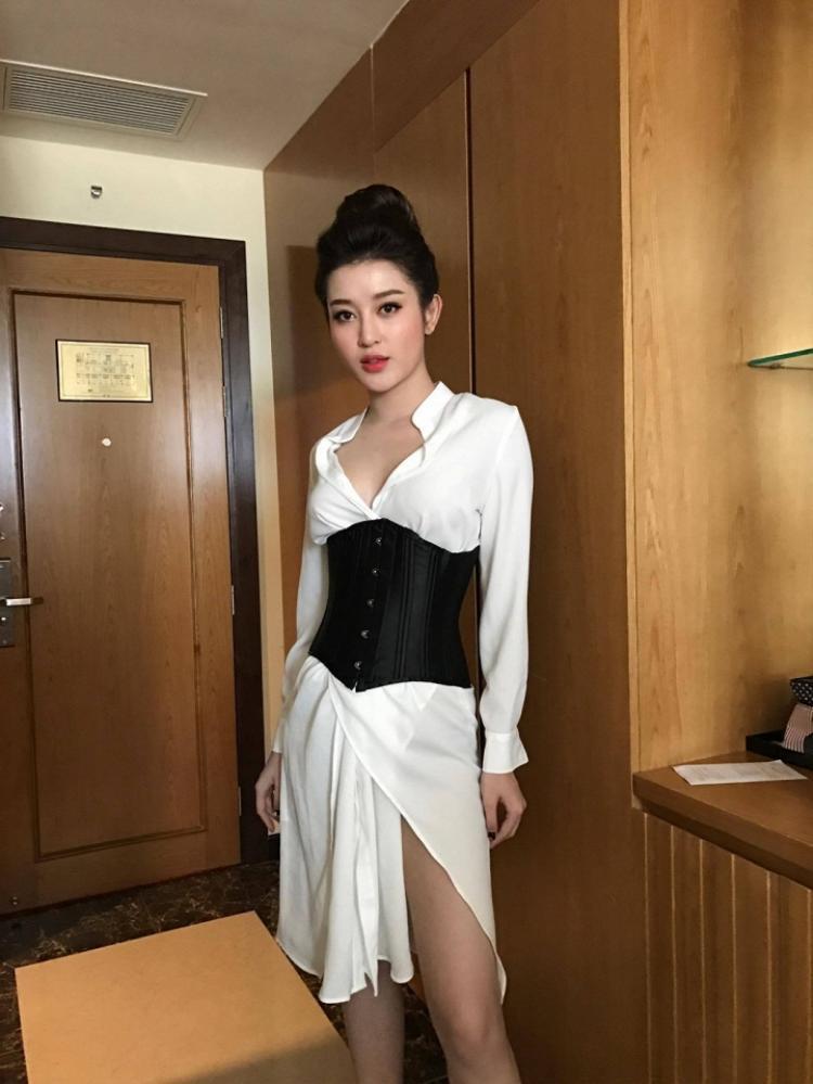 Thì Huyền My lại trở nên lạc quẻ khi phối áo corset cùng chiếc váy voan nhăn nhàu. Chất liệu vải không tốt cùng đường may ẩu là điểm trừ khá lớn ở trang phục mà người đẹp lựa chọn.
