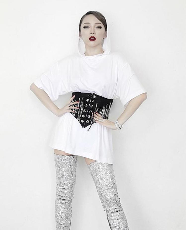 """Trước đó, kiểu dây nịt ngực dạng corset cũng được rất nhiều sao Việt ưa chuộng. Đây là loại phụ kiện dễ dàng """"hợp cạ"""" với các item khác nhau, từ cách mặc với áo thun dáng dài của Tóc Tiên."""