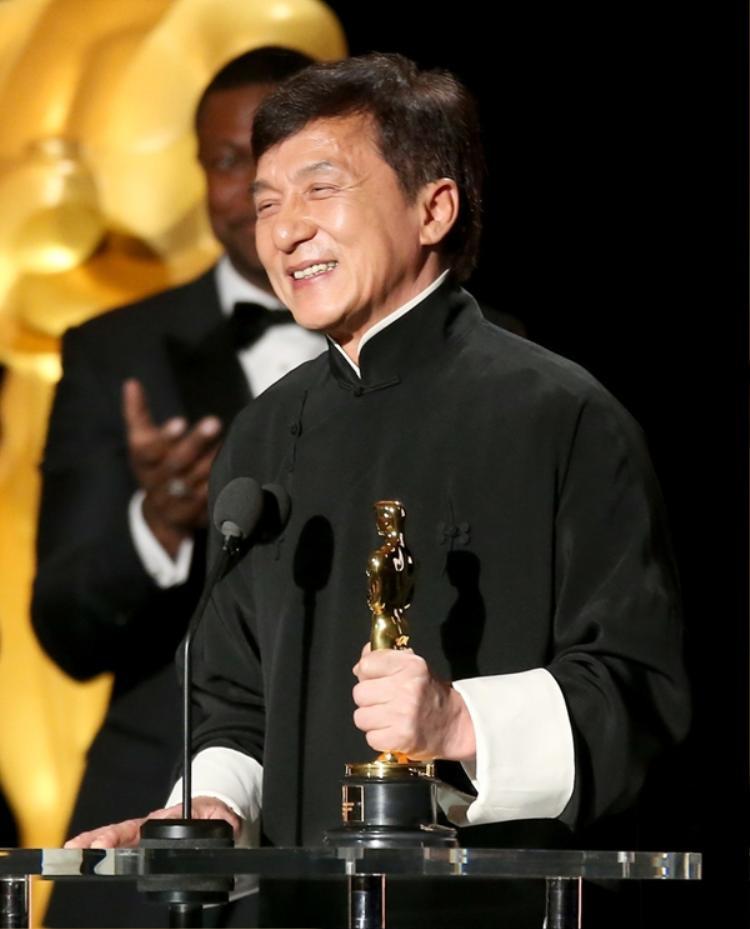 Thành Long là diễn viên gốc Trung Quốc đầu tiên trong lịch sử nhận tượng vàng Oscar danh dự - Thành tựu trọn đời cho những đóng góp vào nền điện ảnh thế giới trong hơn 5 thập kỷ qua.
