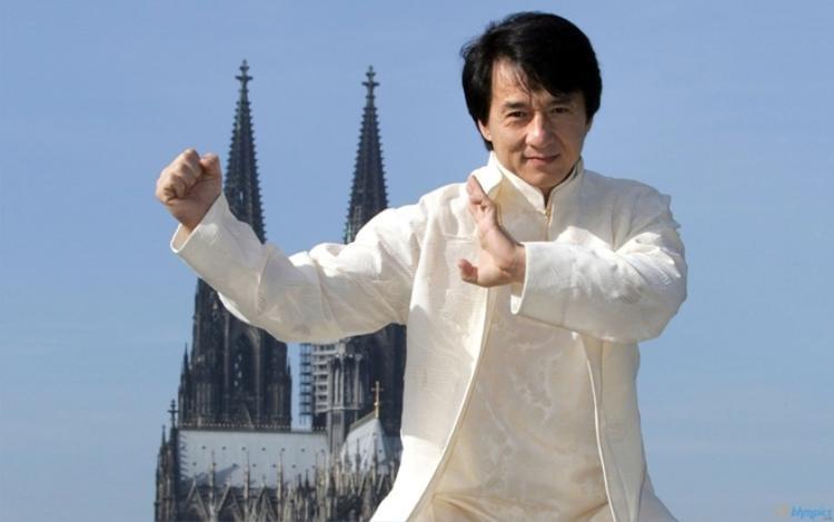 Đạo diễn La Duy là người đã đặt cho ông nghệ danh Thành Long như một cách nhấn mạnh sự giống nhau với Lý Tiểu Long vì kì vọng biến nam diễn viên thành một người tiếp nối cho huyền thoại võ thuật này.