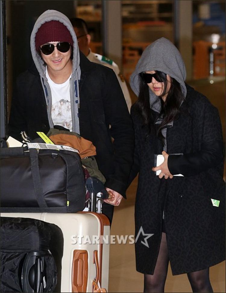 Sau khi công khai tình cảm, Kim Bum nắm chặt tay Moon Geun Young tại sân bay khi vừa hạ cánh về nước sau chuyến du lịch.