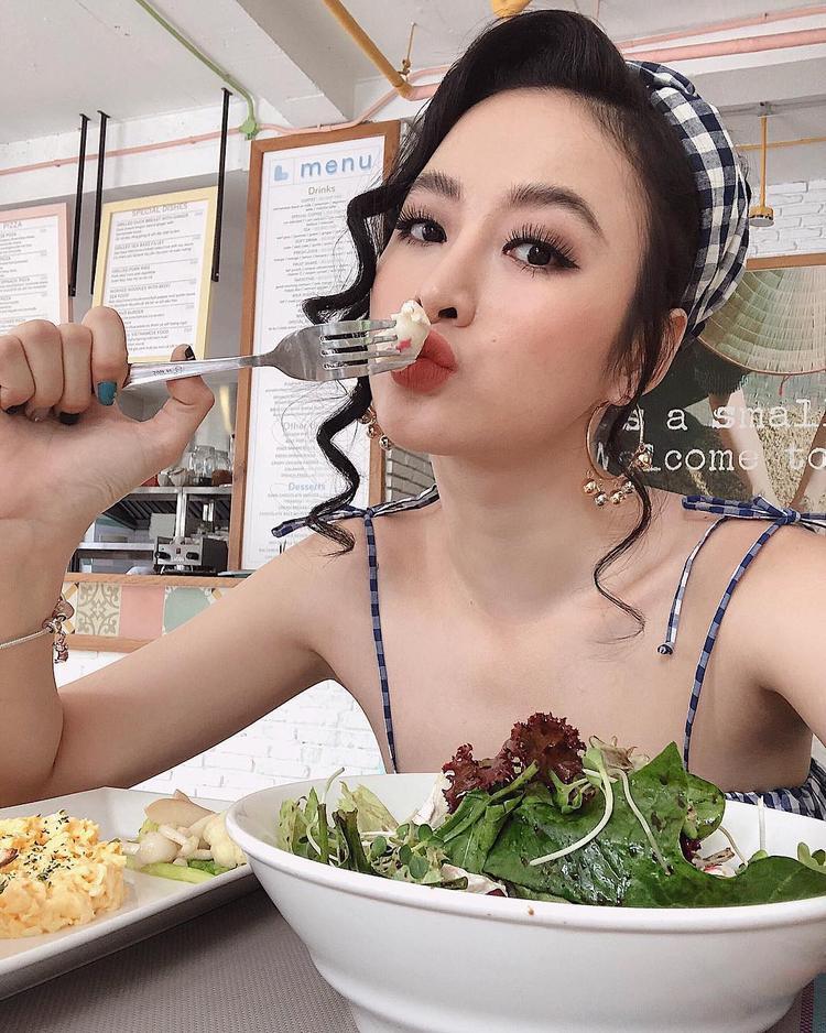 Như Trinh đã chia sẻ trên trang cá nhân, cô đang theo quá trình ăn chay trong thời gian dài. Bên cạnh một số ít món chay được chế biến từ dầu mỡ, phần lớn thực phẩm nạp vào cơ thể có xuất xứ organic như rau củ hay gạo lức rất tốt cho vóc dáng và làn da.