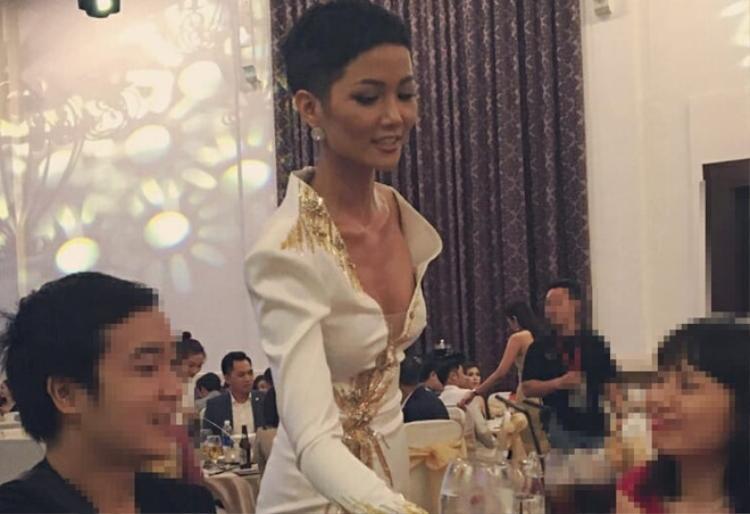 Hình ảnh H'Hen Niê gầy rộc trong sự kiện vừa qua khiến người hâm mộ không còn nhận ra Hoa hậu quyến rũ ngày nào.