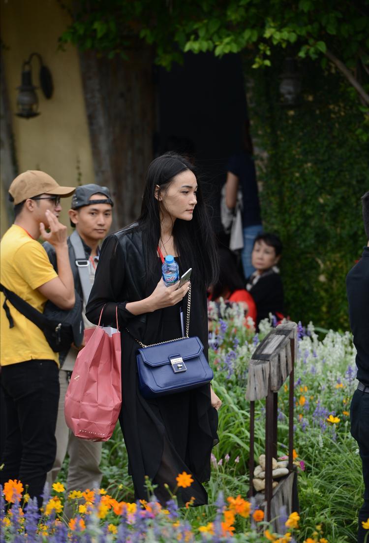 Người mẫu Thùy Trang cũng tham gia hướng dẫn các bé mẫu nhí.